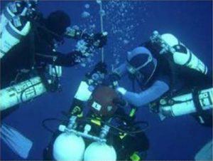 Cambiando la mezcla de viaje Eanx 36 por la mezcla de fondo, Trimix 12/50 a -33 m. durante el descenso. Foto: TDI España ©