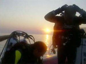 Los últimos preparativos antes de la inmersión, coincidiendo con la salida del sol. Foto: TDI España ©
